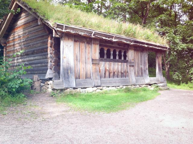 スウェーデン 森の中の古い家.jpg