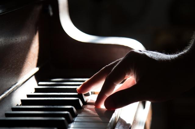 ピアノを弾く手.jpg