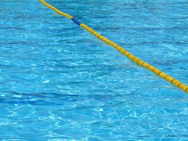 プールの水面に浮かぶ浮輪.jpg