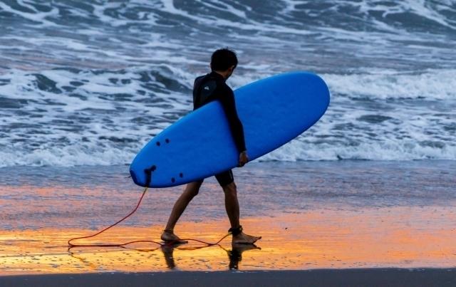 朝日の中サーフィンを楽しむ.jpg