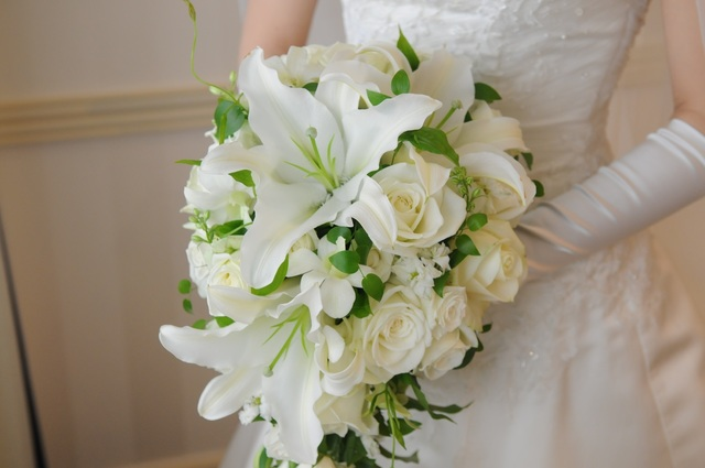 白い花のブーケを持つ新婦.jpg