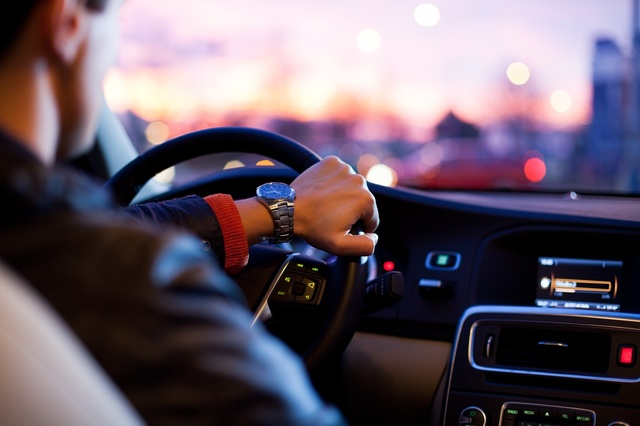 車を運転している男性.jpg